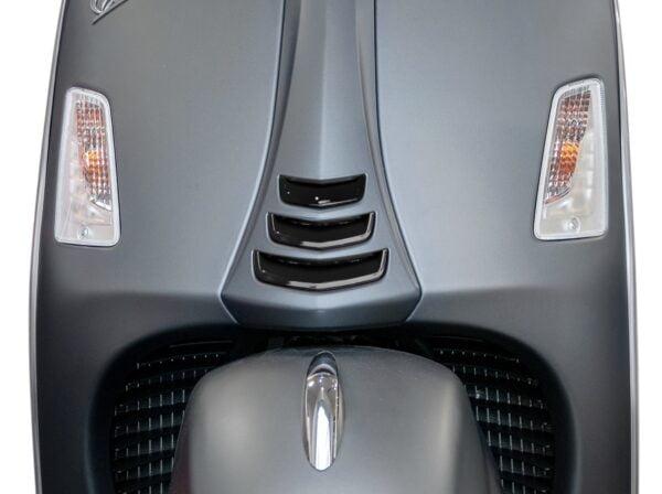 Koristesarja kiiltävä musta Moto Nostra, Vespa GTS HPE